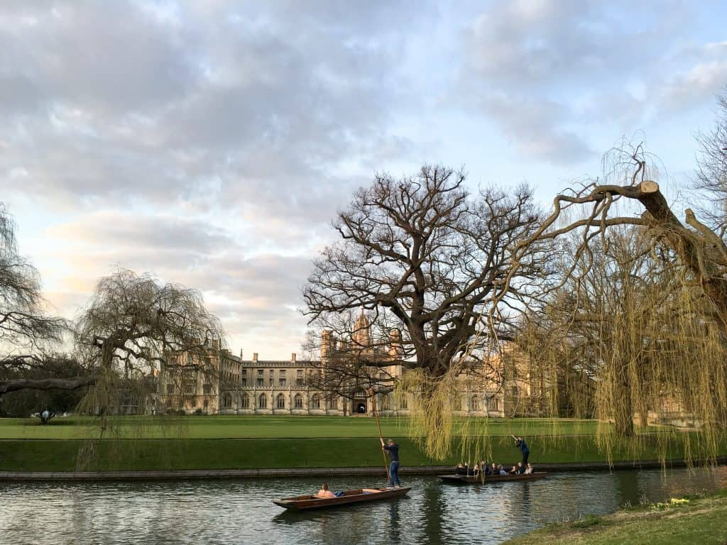 Punting on the River Cam in Cambridge, England | Oxford vs Cambridge: The best English University town