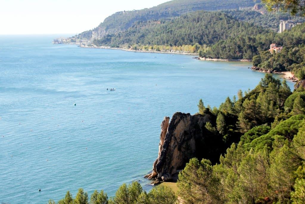 19 лучших мест для посещения в Португалии | Parque Natural da Arrábida 19 самых красивых городов и городов для посещения в Португалии 19 Самых Красивых Мест Для Посещения В Португалии 14 SERRA DA ARRA CC 81BIDA 3 1024x683