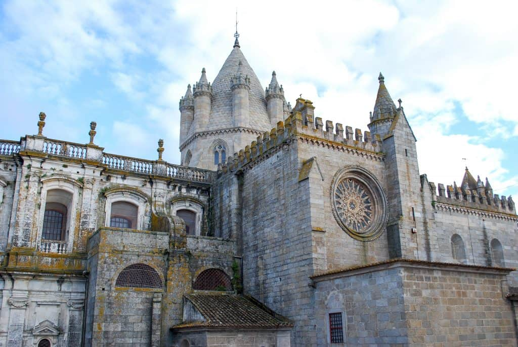 19 лучших мест для посещения в Португалии | Эвора 19 самых красивых городов и городов для посещения в Португалии 19 Самых Красивых Мест Для Посещения В Португалии 15 Se CC 81 Catedral de E CC 81vora   Parte Norte 1024x685
