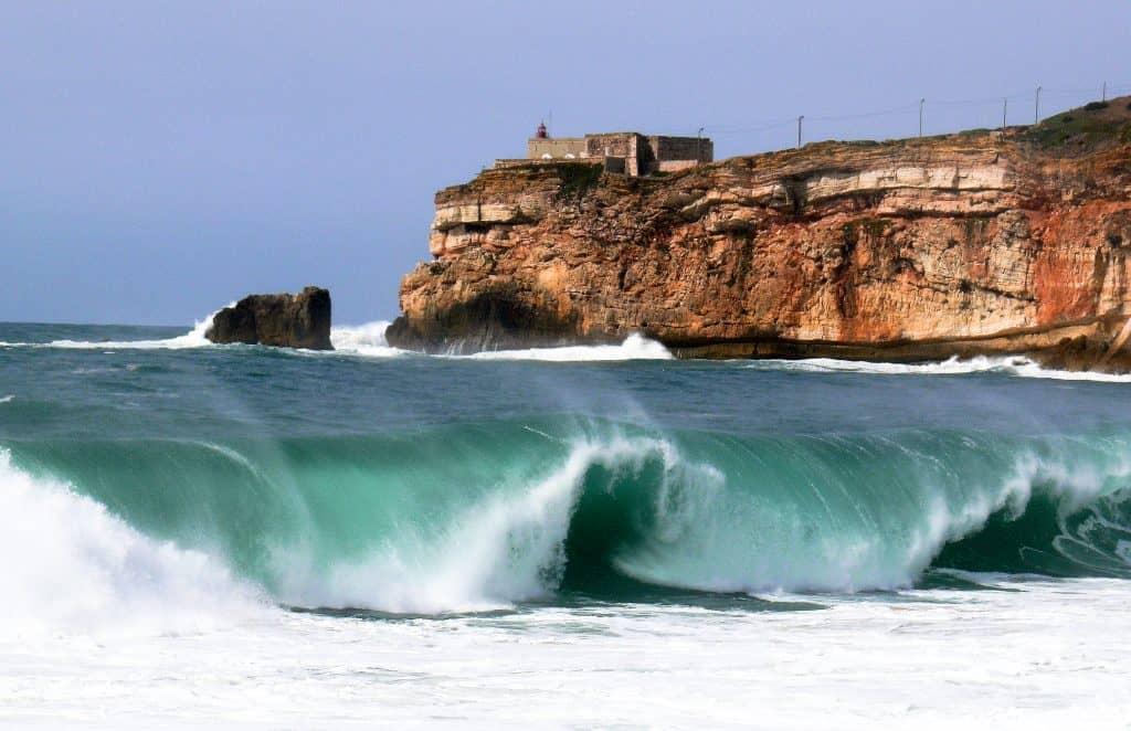 19 лучших мест для посещения в Португалии | Назаре, дом 100-футовых волн 19 самых красивых городов и городов для посещения в Португалии 19 Самых Красивых Мест Для Посещения В Португалии 9 Forte da Nazare CC 81 1024x662